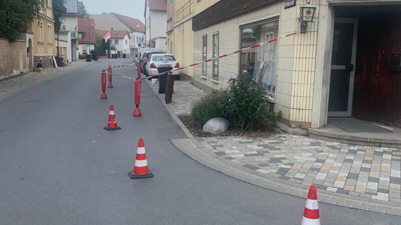 Dachziegel drohten auf Straße zu fallen